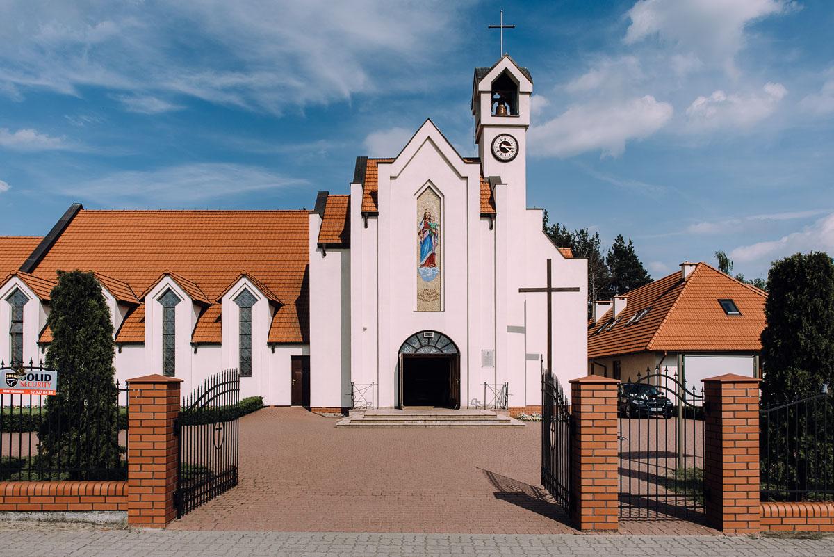 reportaz-slubny-Gosia-Lukasz-slub-kosciol-NMP-Wspomozycielki-Wiernych-Niemcz-wesele-Restauracja-3V6-City-Hotel-Bydgoszcz-044