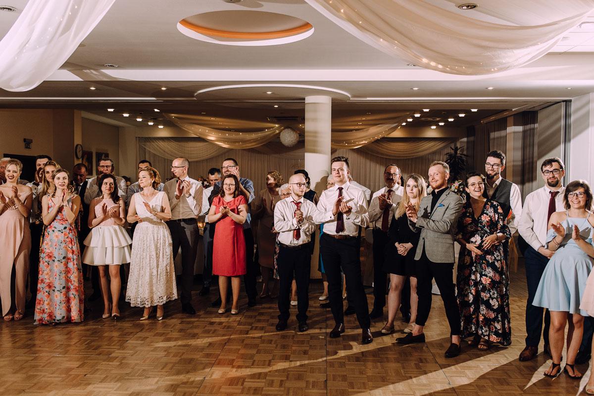 reportaz-slubny-Gosia-Lukasz-slub-kosciol-NMP-Wspomozycielki-Wiernych-Niemcz-wesele-Restauracja-3V6-City-Hotel-Bydgoszcz-241