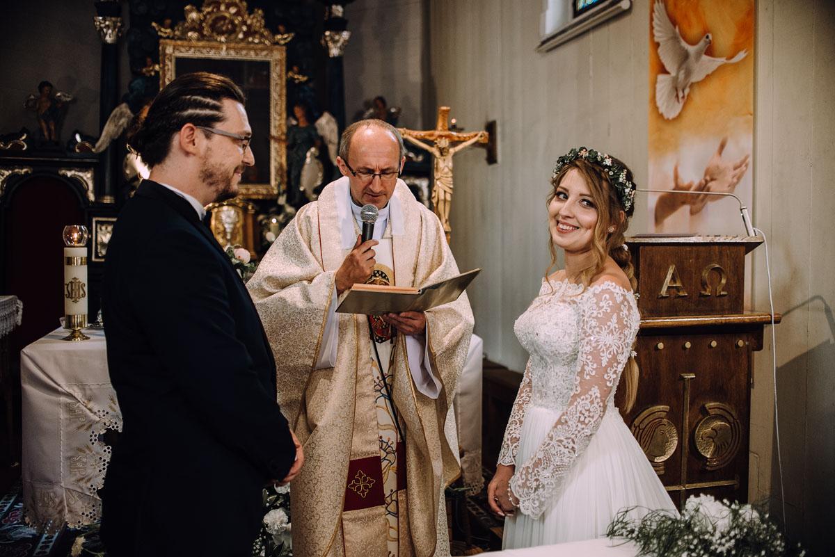 slub-drewniany-kosciol-sw-Barbary-Rechta-Sukowy-wesele-Jasminowy-Gaj-Inowroclaw-Aleksandra-Bartosz-078