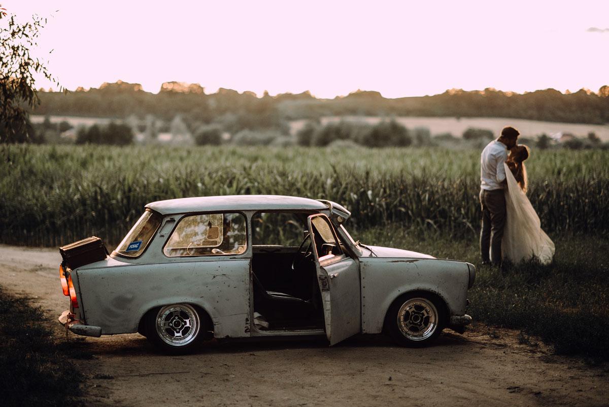 naturalna-stylowa-sesja-slubna-las-trabant-601-rat-rod-style-Asia-Marcin-022