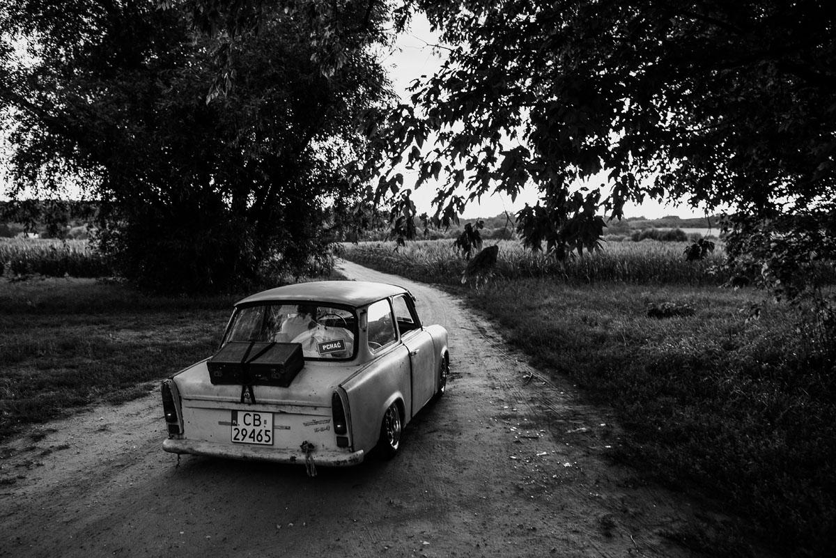 naturalna-stylowa-sesja-slubna-las-trabant-601-rat-rod-style-Asia-Marcin-049