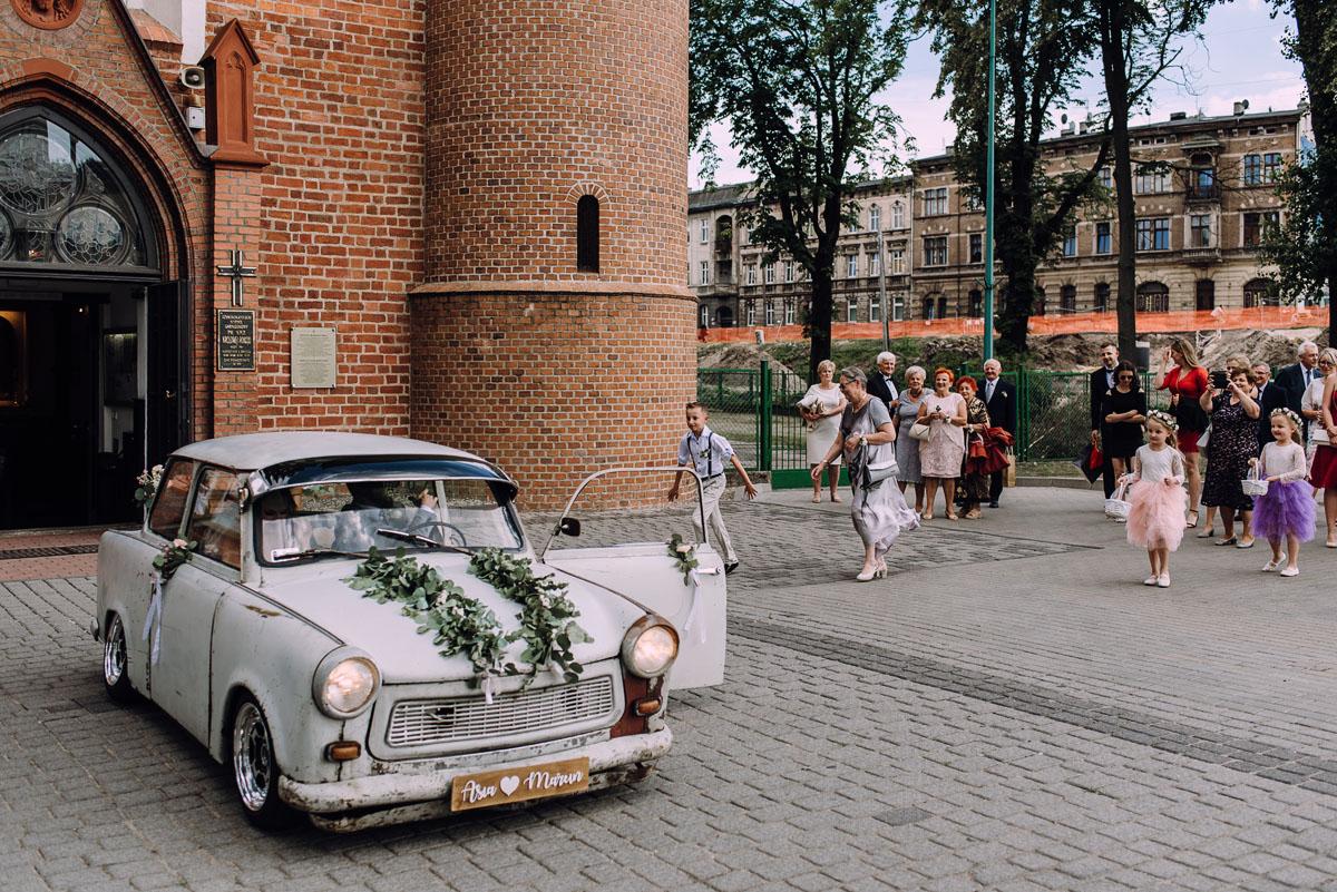 stylowy-slub-trabant-601-rat-style-slub-parafia-wojskowa-NMP-Krolowej-Pokoju-wesele-dwor-Hulanka-Bydgoszcz-Asia-Marcin-069