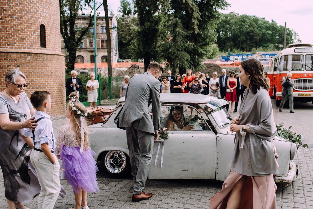 stylowy-slub-trabant-601-rat-style-slub-parafia-wojskowa-NMP-Krolowej-Pokoju-wesele-dwor-Hulanka-Bydgoszcz-Asia-Marcin-070