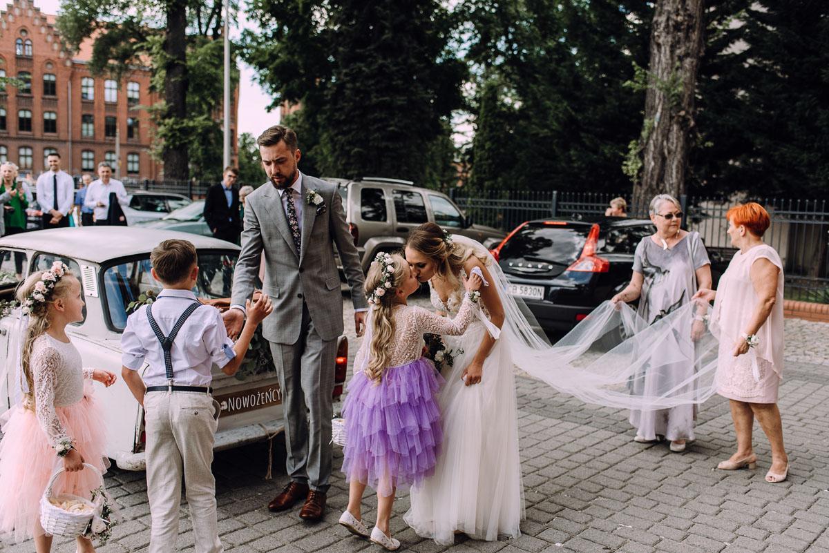 stylowy-slub-trabant-601-rat-style-slub-parafia-wojskowa-NMP-Krolowej-Pokoju-wesele-dwor-Hulanka-Bydgoszcz-Asia-Marcin-071