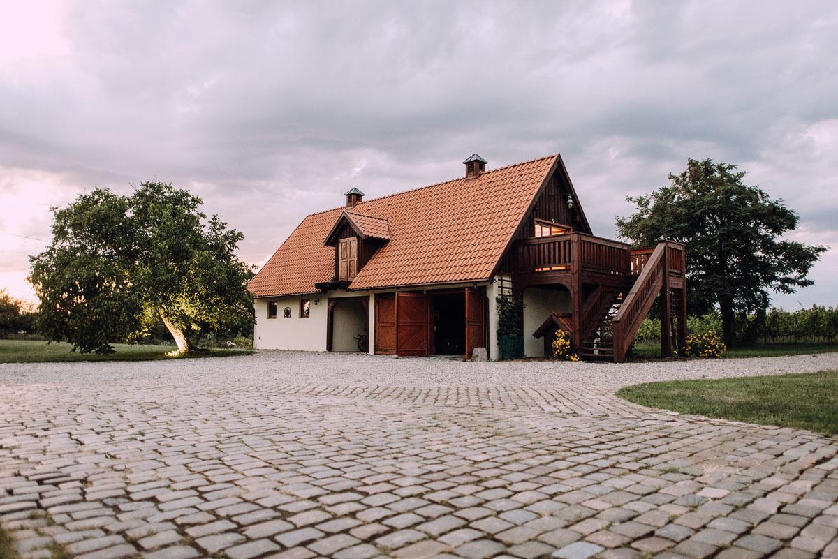 sesja-slubna-w-winnicy-pradolina-Dolnej-Wisly-Winnica-przy-Talerzyku-Topolno-Asia-Marek-003