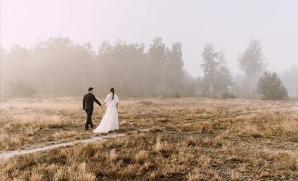 mglista sesja Moniki i Adriana o wschodzie słońca w lesie, na wrzosowisku, zachód słońca nad rzeką, Świetliste.pl Fotografujemy Emocje