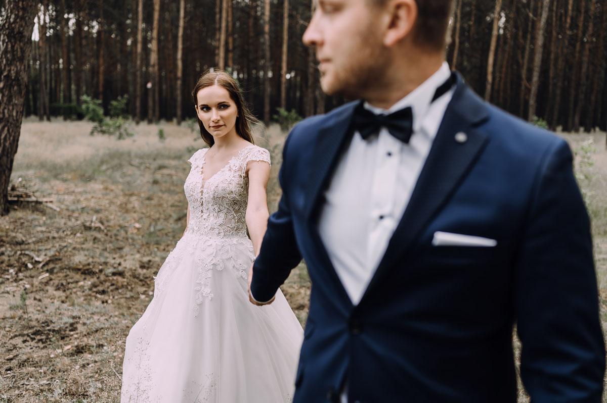 Lesny-plener-slubny-Bydgoszcz-Romet-czerwony-Ogar-Beata-Radoslaw-009