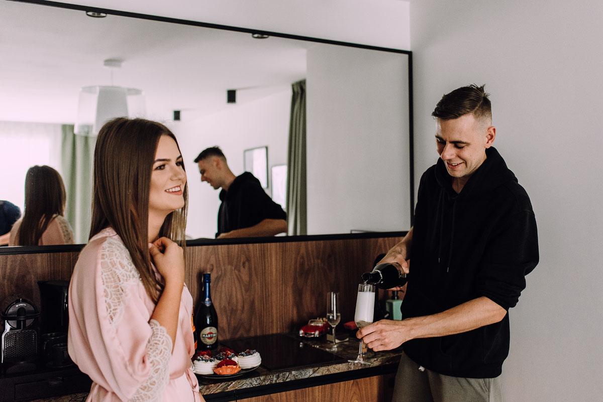 slow-wedding-przygotowania-slubne-apartamenty-sowa-slub-kosciol-sw-Trojcy-Bydgoszcz-wesele-pod-namiotem-garden-party-w-stylu-slow-Dominika-Tom-014