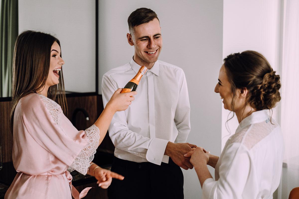 slow-wedding-przygotowania-slubne-apartamenty-sowa-slub-kosciol-sw-Trojcy-Bydgoszcz-wesele-pod-namiotem-garden-party-w-stylu-slow-Dominika-Tom-023