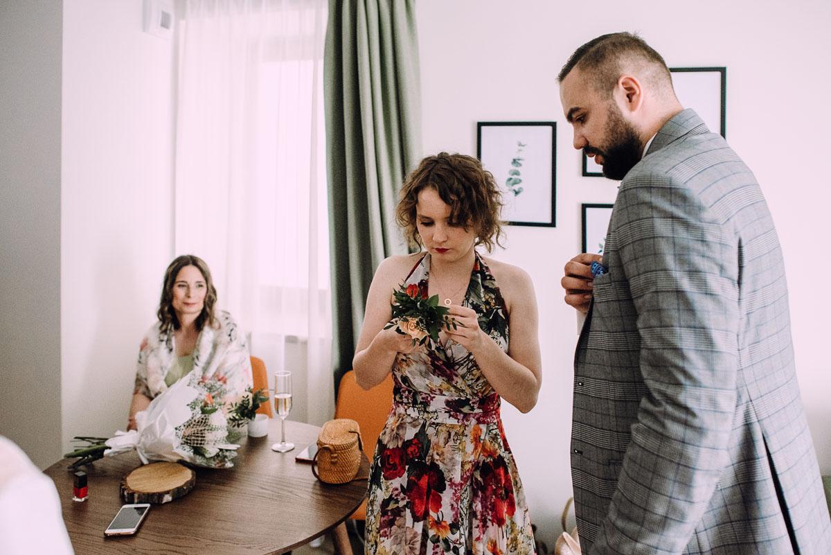 slow-wedding-przygotowania-slubne-apartamenty-sowa-slub-kosciol-sw-Trojcy-Bydgoszcz-wesele-pod-namiotem-garden-party-w-stylu-slow-Dominika-Tom-041