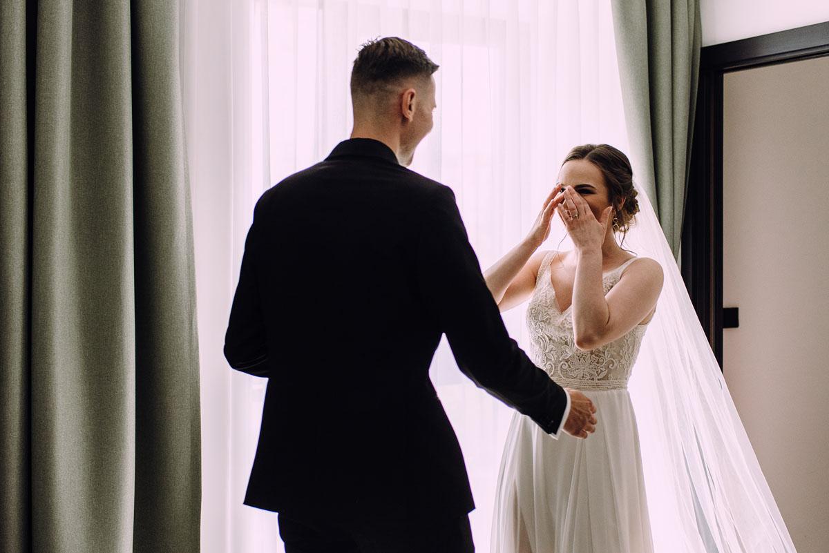 slow-wedding-przygotowania-slubne-apartamenty-sowa-slub-kosciol-sw-Trojcy-Bydgoszcz-wesele-pod-namiotem-garden-party-w-stylu-slow-Dominika-Tom-053
