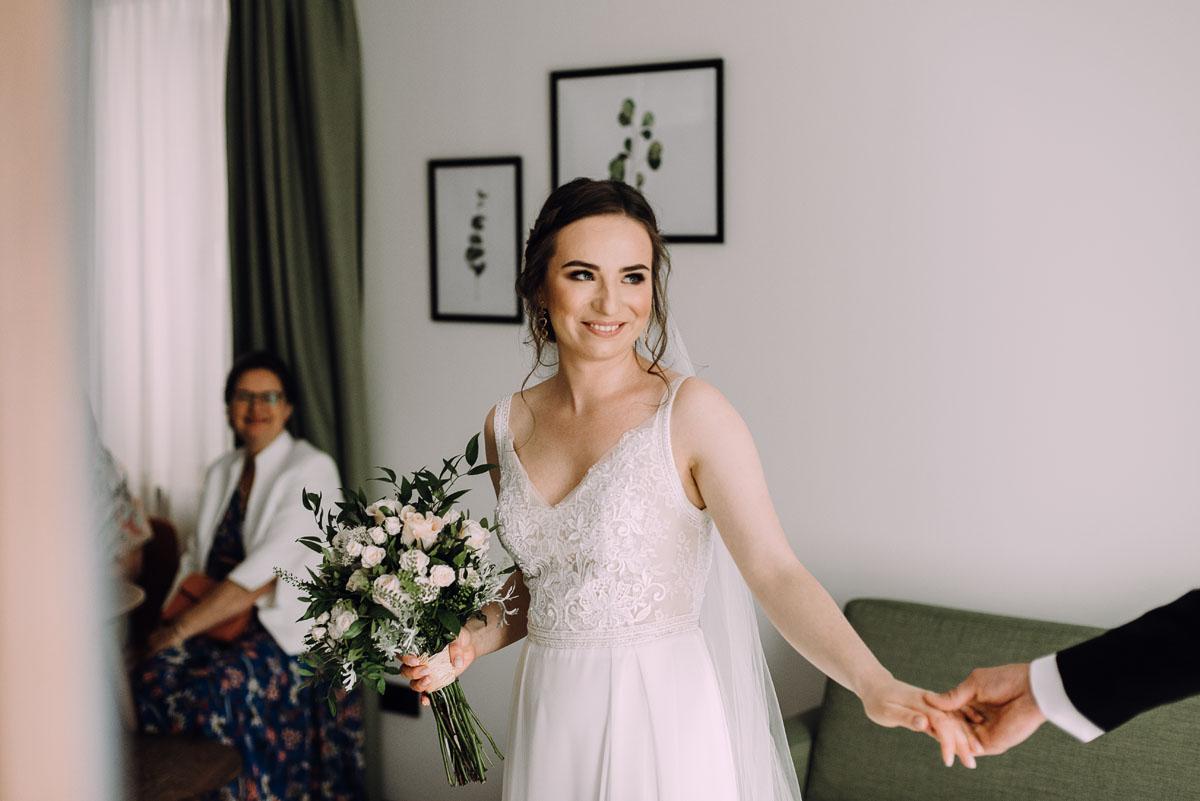 slow-wedding-przygotowania-slubne-apartamenty-sowa-slub-kosciol-sw-Trojcy-Bydgoszcz-wesele-pod-namiotem-garden-party-w-stylu-slow-Dominika-Tom-055
