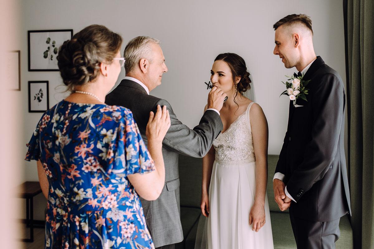 slow-wedding-przygotowania-slubne-apartamenty-sowa-slub-kosciol-sw-Trojcy-Bydgoszcz-wesele-pod-namiotem-garden-party-w-stylu-slow-Dominika-Tom-057