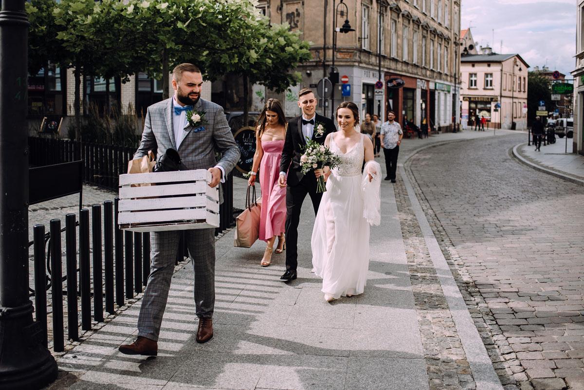 slow-wedding-przygotowania-slubne-apartamenty-sowa-slub-kosciol-sw-Trojcy-Bydgoszcz-wesele-pod-namiotem-garden-party-w-stylu-slow-Dominika-Tom-060