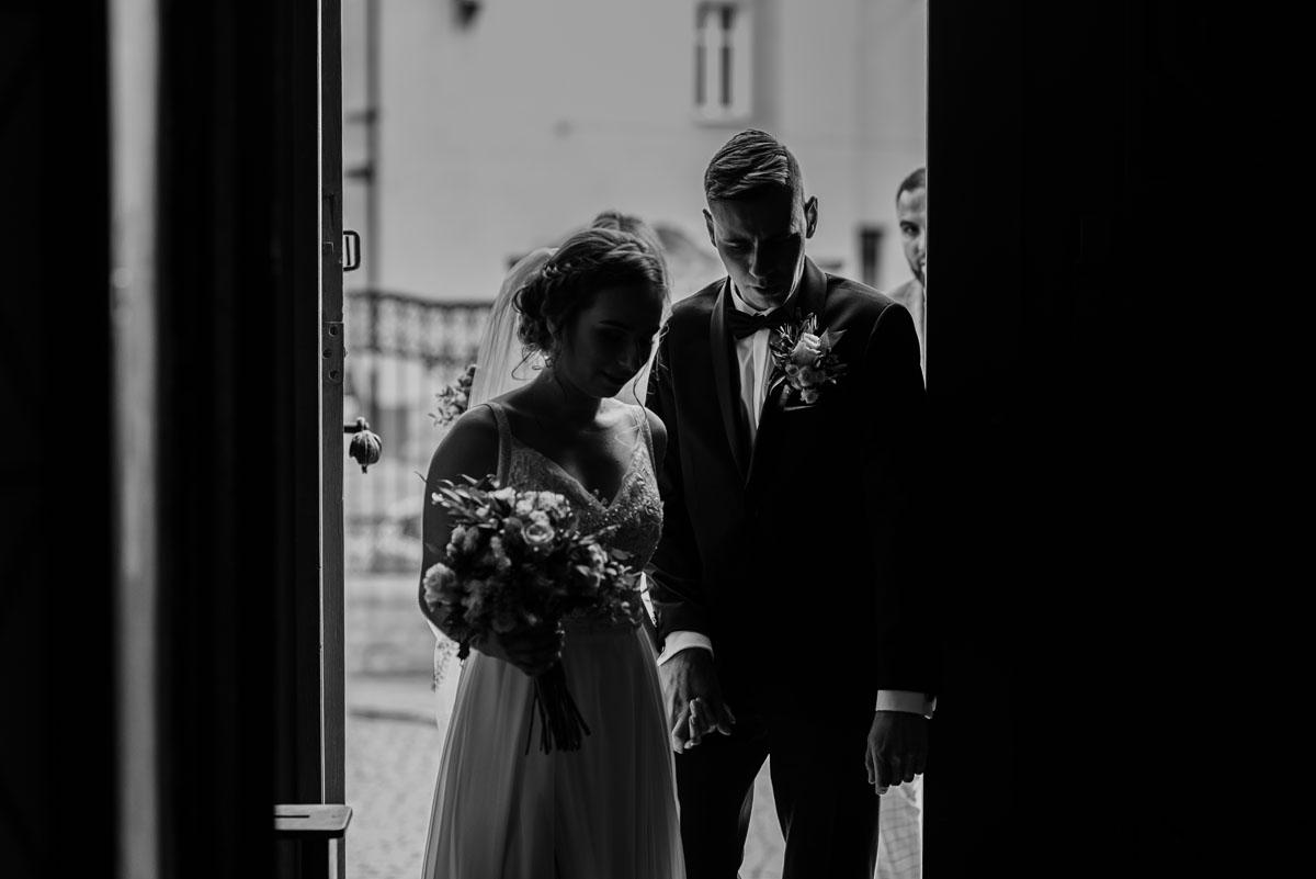 slow-wedding-przygotowania-slubne-apartamenty-sowa-slub-kosciol-sw-Trojcy-Bydgoszcz-wesele-pod-namiotem-garden-party-w-stylu-slow-Dominika-Tom-069