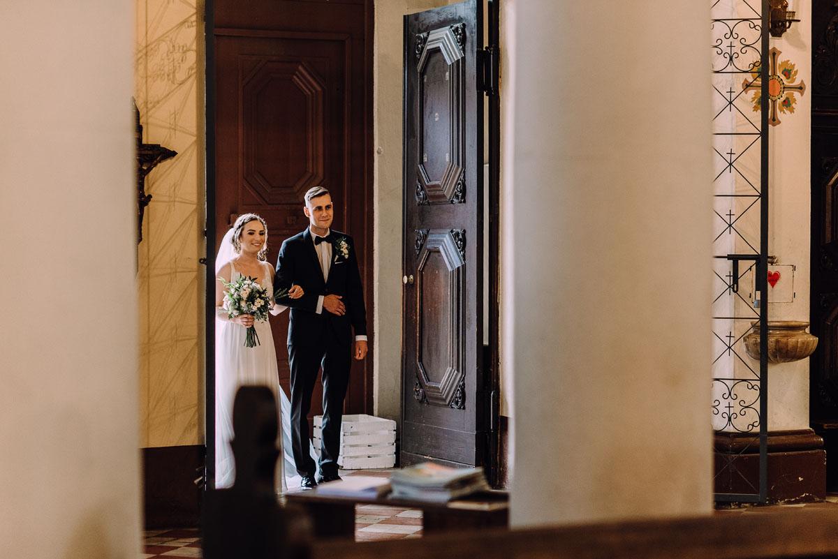 slow-wedding-przygotowania-slubne-apartamenty-sowa-slub-kosciol-sw-Trojcy-Bydgoszcz-wesele-pod-namiotem-garden-party-w-stylu-slow-Dominika-Tom-071