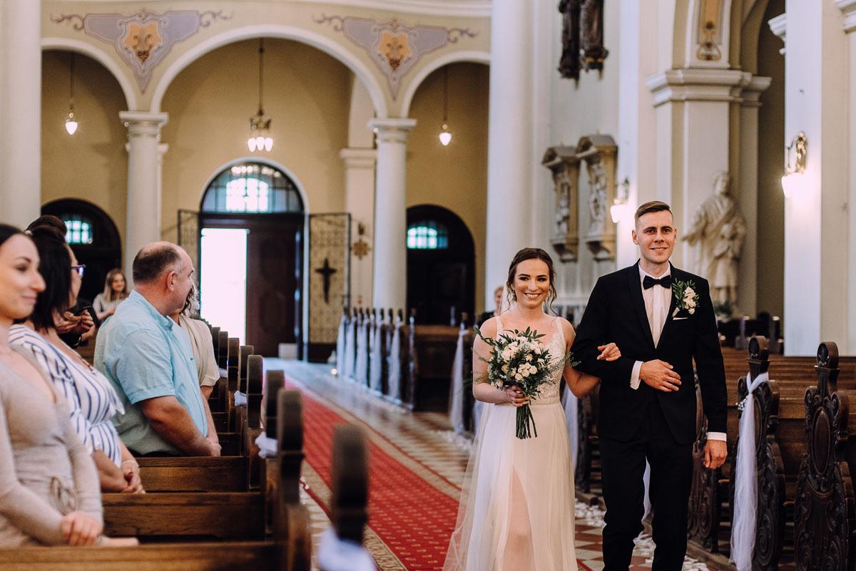 slow-wedding-przygotowania-slubne-apartamenty-sowa-slub-kosciol-sw-Trojcy-Bydgoszcz-wesele-pod-namiotem-garden-party-w-stylu-slow-Dominika-Tom-075