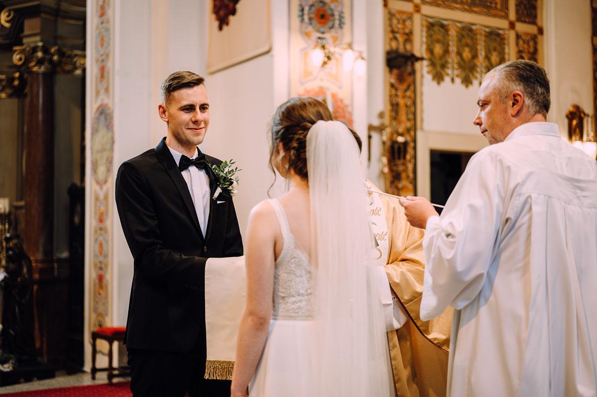slow-wedding-przygotowania-slubne-apartamenty-sowa-slub-kosciol-sw-Trojcy-Bydgoszcz-wesele-pod-namiotem-garden-party-w-stylu-slow-Dominika-Tom-087