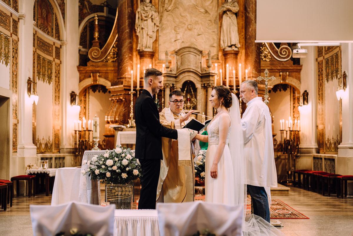 slow-wedding-przygotowania-slubne-apartamenty-sowa-slub-kosciol-sw-Trojcy-Bydgoszcz-wesele-pod-namiotem-garden-party-w-stylu-slow-Dominika-Tom-093