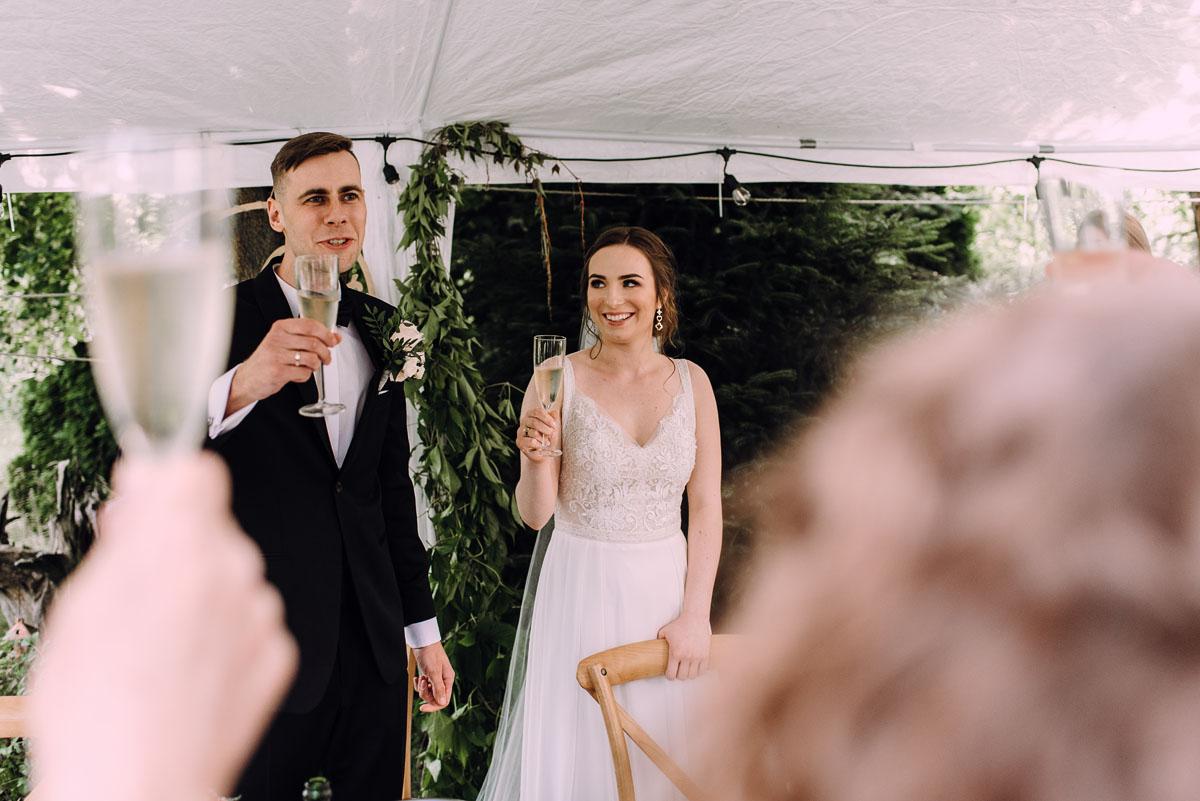 slow-wedding-przygotowania-slubne-apartamenty-sowa-slub-kosciol-sw-Trojcy-Bydgoszcz-wesele-pod-namiotem-garden-party-w-stylu-slow-Dominika-Tom-153