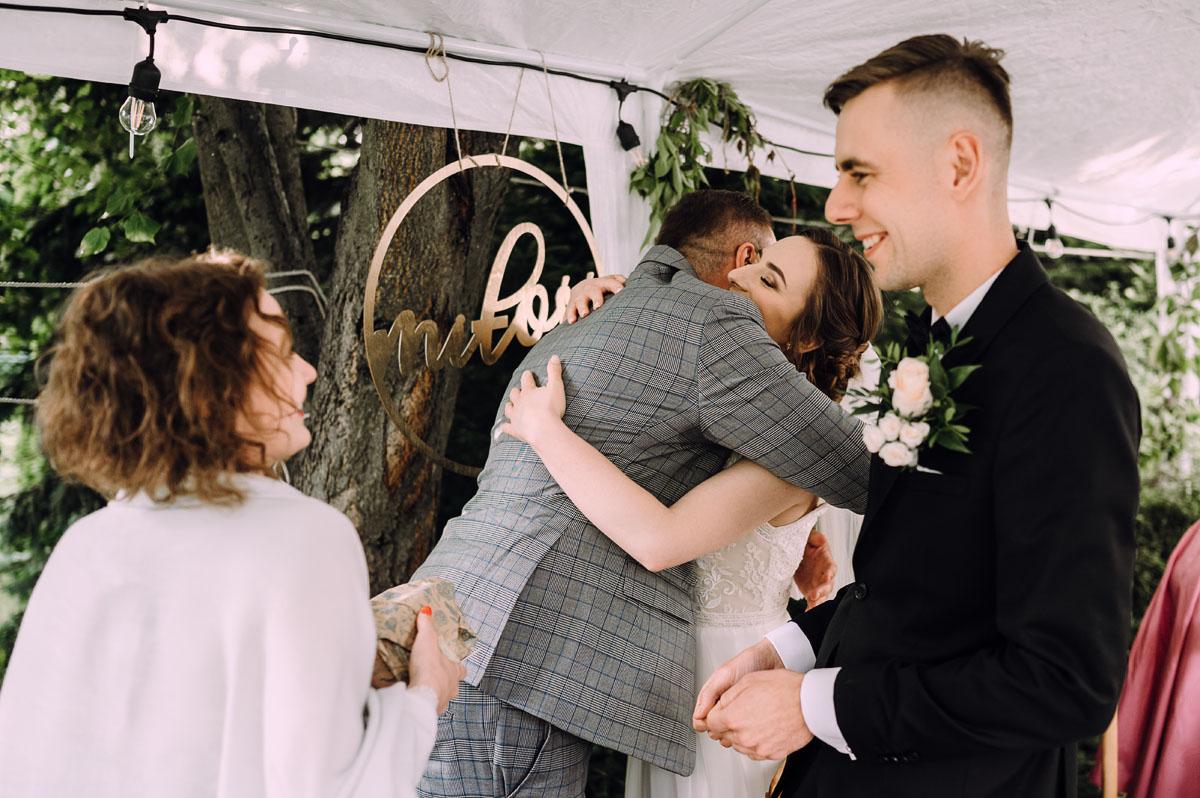 slow-wedding-przygotowania-slubne-apartamenty-sowa-slub-kosciol-sw-Trojcy-Bydgoszcz-wesele-pod-namiotem-garden-party-w-stylu-slow-Dominika-Tom-155
