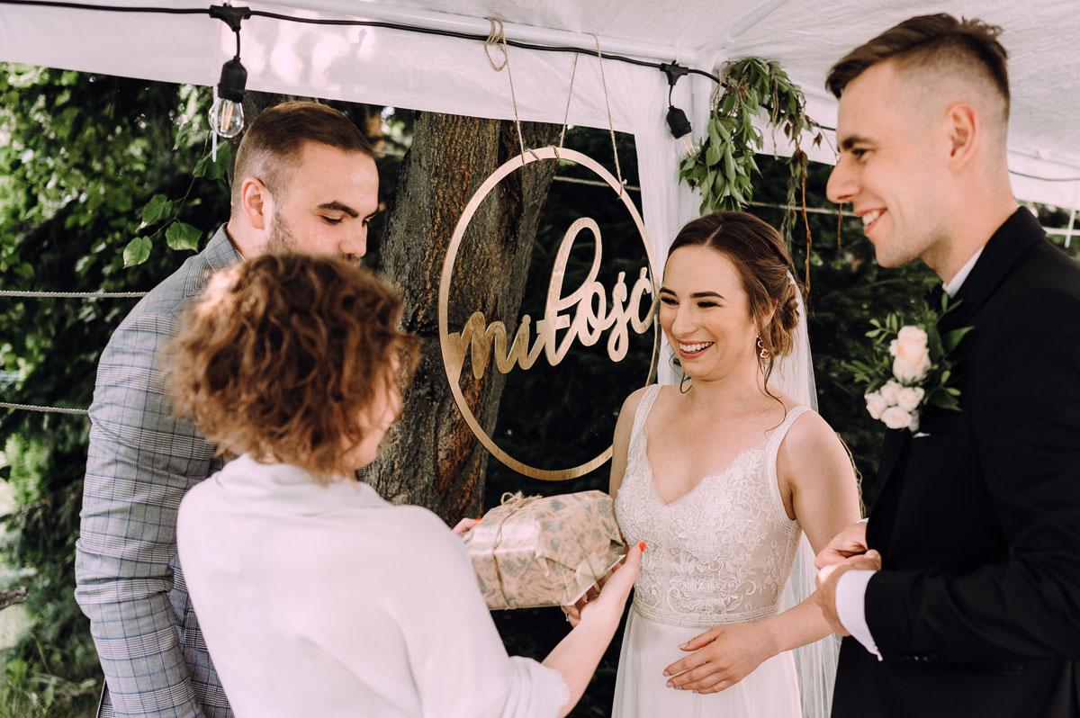 slow-wedding-przygotowania-slubne-apartamenty-sowa-slub-kosciol-sw-Trojcy-Bydgoszcz-wesele-pod-namiotem-garden-party-w-stylu-slow-Dominika-Tom-156