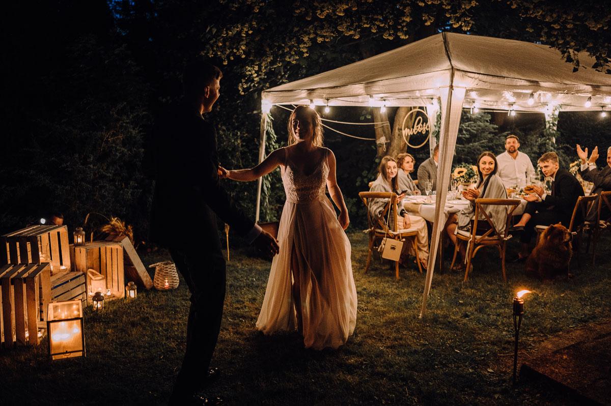 slow-wedding-przygotowania-slubne-apartamenty-sowa-slub-kosciol-sw-Trojcy-Bydgoszcz-wesele-pod-namiotem-garden-party-w-stylu-slow-Dominika-Tom-191