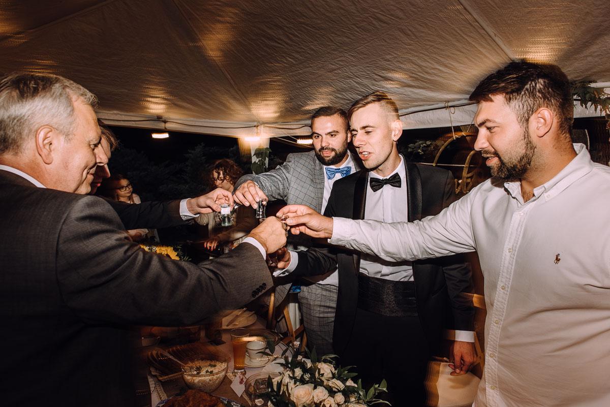 slow-wedding-przygotowania-slubne-apartamenty-sowa-slub-kosciol-sw-Trojcy-Bydgoszcz-wesele-pod-namiotem-garden-party-w-stylu-slow-Dominika-Tom-198