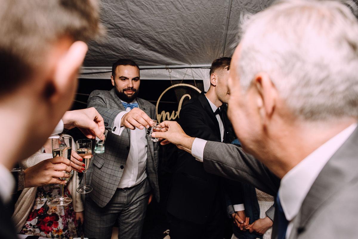 slow-wedding-przygotowania-slubne-apartamenty-sowa-slub-kosciol-sw-Trojcy-Bydgoszcz-wesele-pod-namiotem-garden-party-w-stylu-slow-Dominika-Tom-201