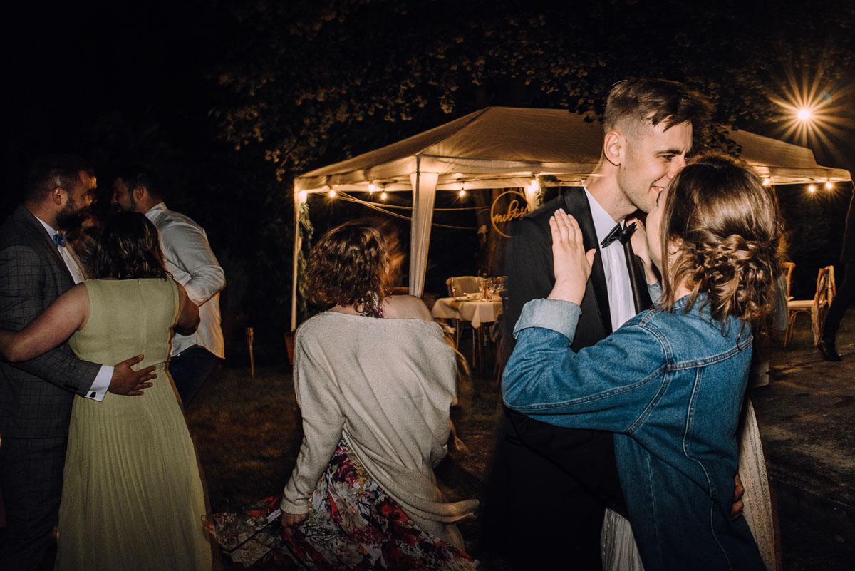 slow-wedding-przygotowania-slubne-apartamenty-sowa-slub-kosciol-sw-Trojcy-Bydgoszcz-wesele-pod-namiotem-garden-party-w-stylu-slow-Dominika-Tom-205