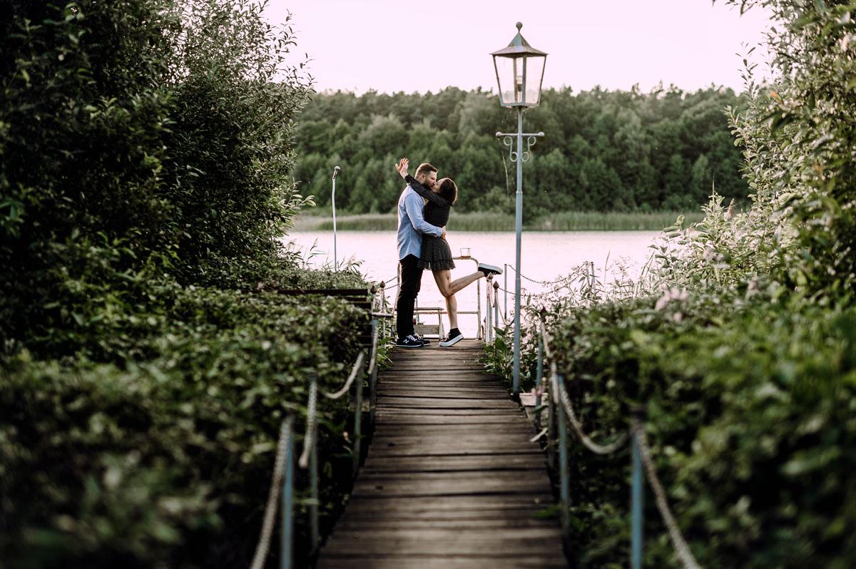 swobodne-naturalne-zdjecia-we-dwoje-sesja-narzeczenska-bydgoszcz-swietliste-fotografujemy-emocje-asia-sebastian-002