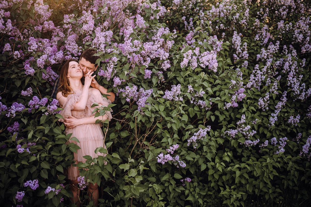wiosenna-sesja-w-bzach-naturalna-fotografia-Bydgoszcz-Swietliste-fotografujemy-emocje-zdjecia-narzeczenskie-Asia-Pawel-017