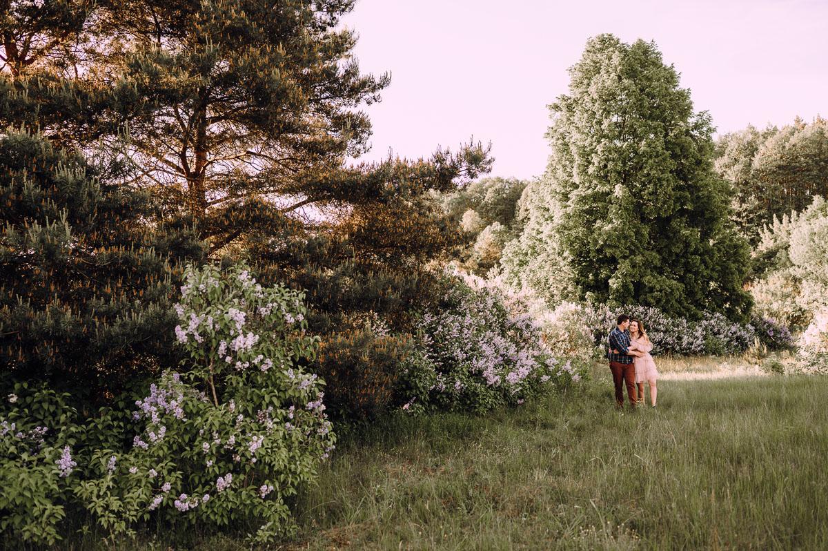 wiosenna-sesja-w-bzach-naturalna-fotografia-Bydgoszcz-Swietliste-fotografujemy-emocje-zdjecia-narzeczenskie-Asia-Pawel-023