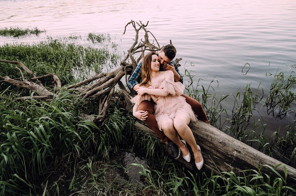 wiosenna-sesja-w-bzach-naturalna-fotografia-Bydgoszcz-Swietliste-fotografujemy-emocje-zdjecia-narzeczenskie-Asia-Pawel-059